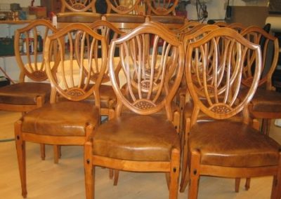 16 stole udført i birketræ i Svendborg - 1921.Betrukket med patineret læder.