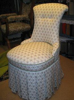 Lille damestol med plads til stativet under krenolinen.Ca. 1870