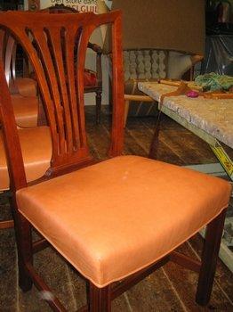 Monteret med naturlæder, der modtager patina med tiden.Sættet betår af 9 stole.