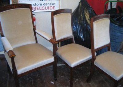 Sættet består af bord, sofa, 2 armstole og fire salonstole.