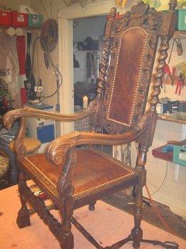 Patineret læder -Burlington -. Så ser stolen ud, som om den er født med det.